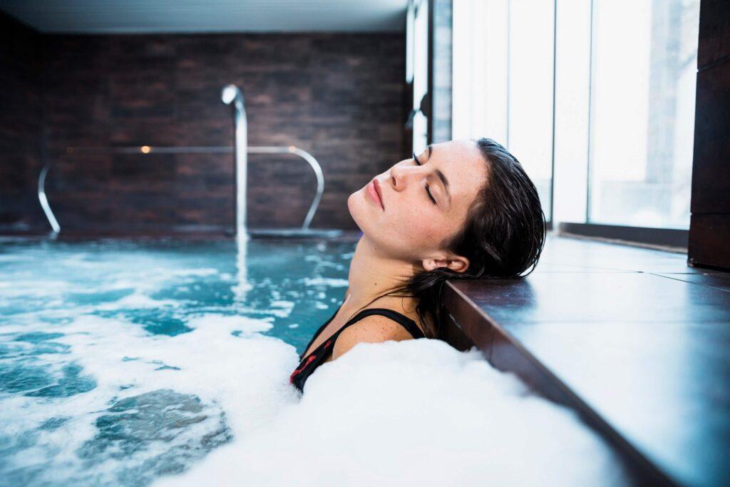 donna dentro idromassaggio con acqua calda sanitaria