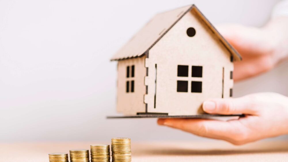 valore della casa con casetta di legno e soldi