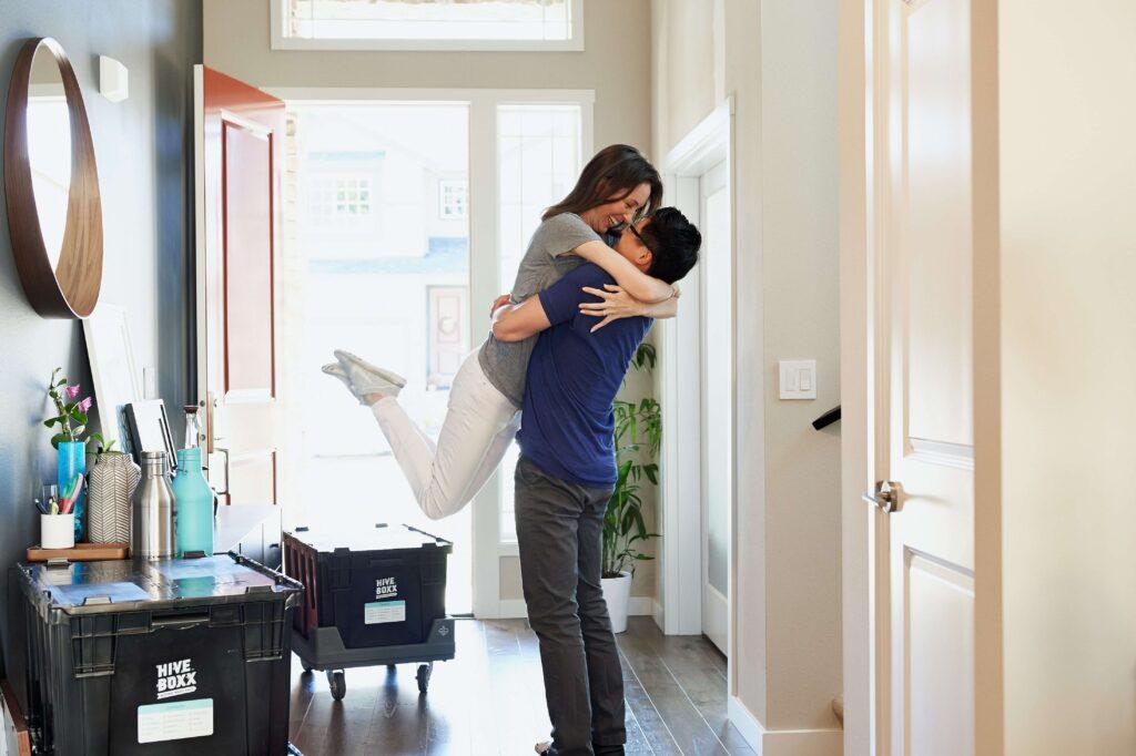 ragazzi si abbracciano per aumento del valore della casa